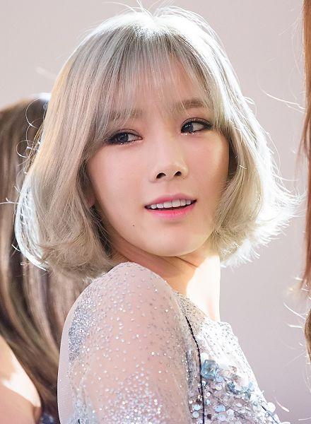 Bên cạnh đó, kiểu tóc mái thưa chéo cũng là một kiểu tóc đẹp dễ dàng