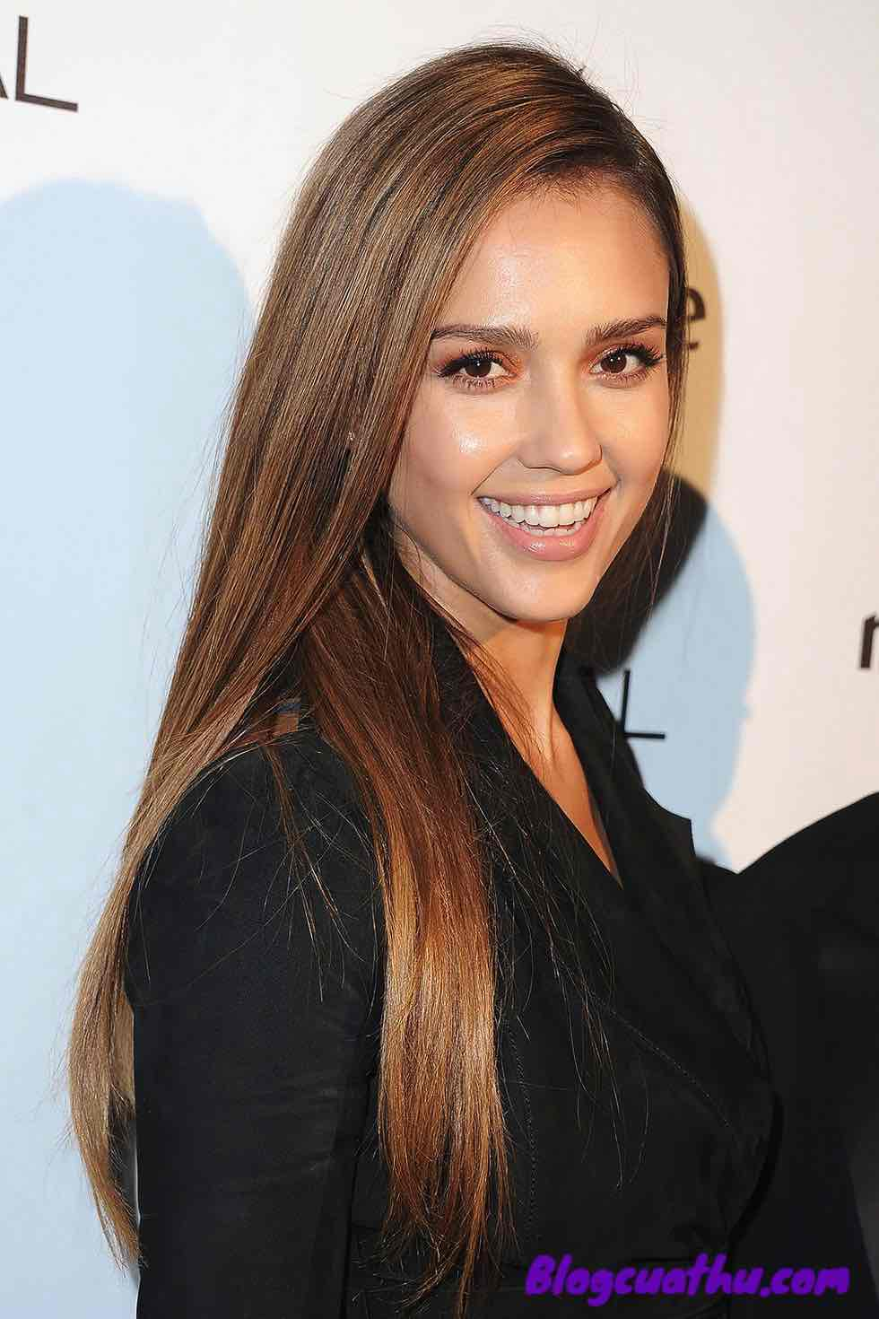 Kiểu tóc thẳng Jessica Alba's Perfect Over-the-Shoulder Split